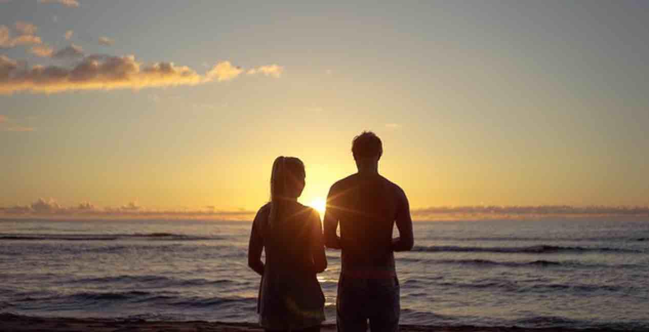 Berjalan Bersama di Tepi Pantai