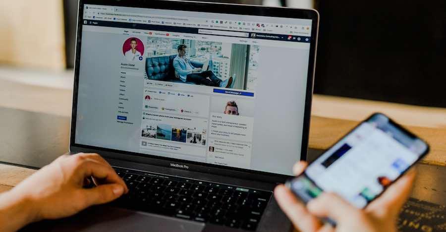 Dia Masih Suka Mengikutimu di Sosial Media