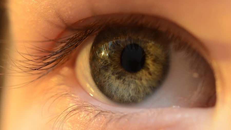 Gunakan Mata Untuk Menarik Perhatiannya