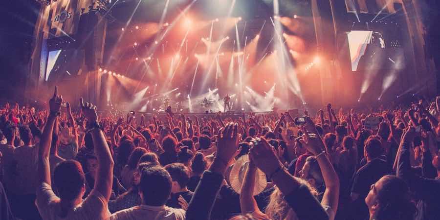 Pergi Ke Festival Musik Bersama Pasangan