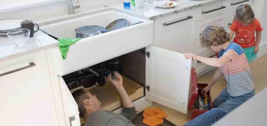 Mengajarkan Anak Memperbaiki Barang