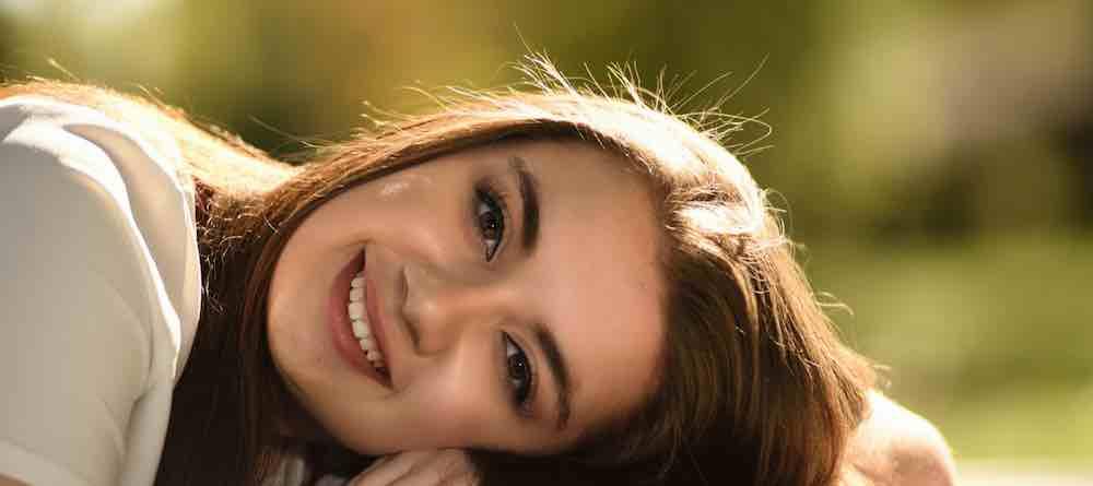 Senyum Memberikan Efek Bahagia ke Otak