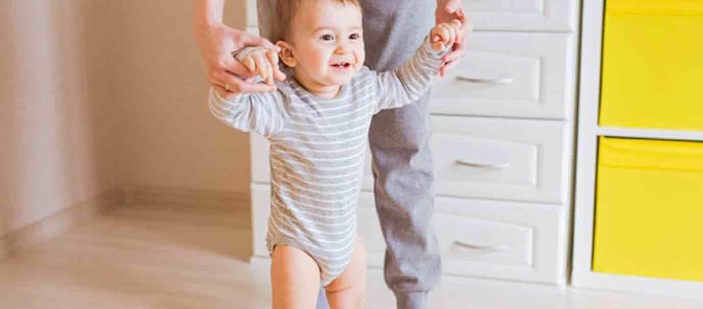 Mengajarkan Anak Berdiri Tegak