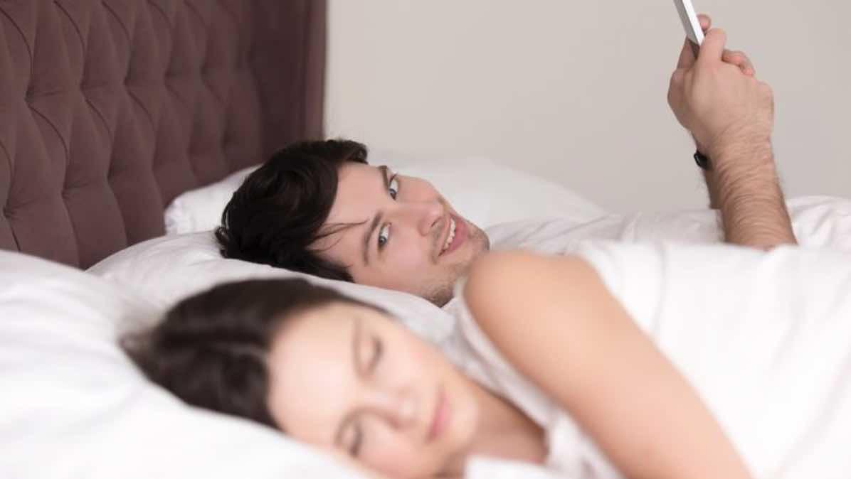 Khawatir Pasangan Selingkuh