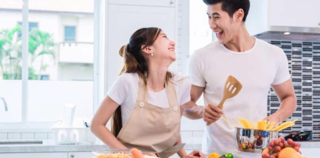 Suami Istri Memasak Bersama