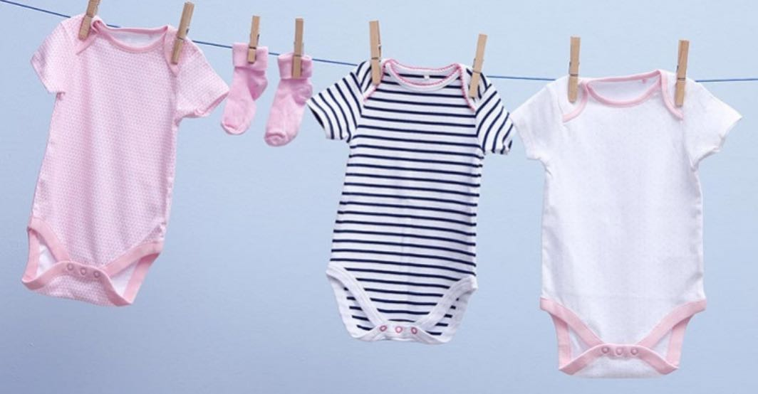Memperhatikan Proses Pencucian Baju Bayi