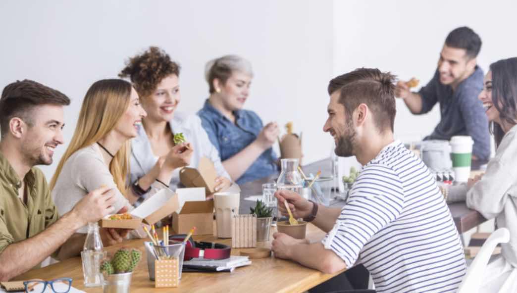Makan Siang Bersama Karyawan Lain