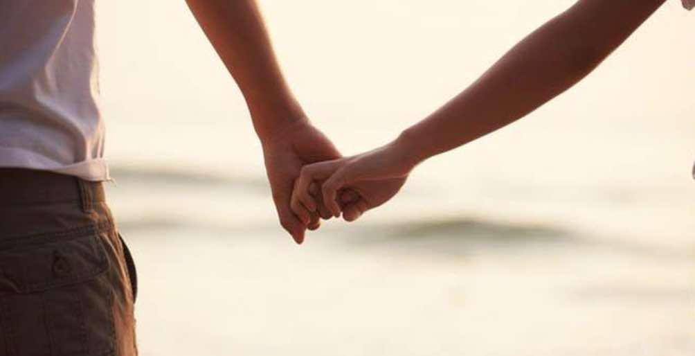 Menggandeng Tangan Saat Bersama